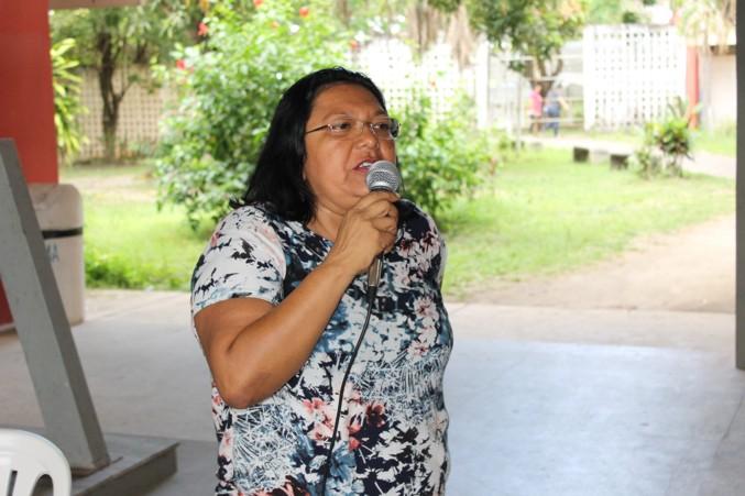 Professora Francisca Taveira, da APRUMA, participou da assembleia e convidou os TAES a participarem de mobilização da ser realizada amanhã (25).