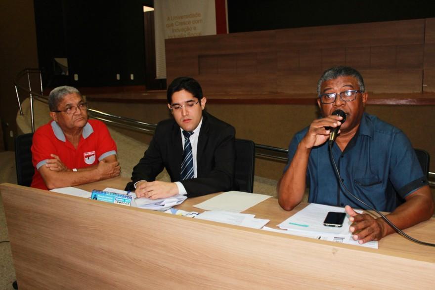 Mariano Azevedo aparece ao lado do assessor jurídico do Sintema, Glaydson Rodrigues, e do diretor sindical, Miguel Barbosa.